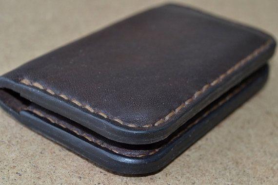 Mooie en praktische mini portemonnee gemaakt van volnerf leder. Perfect voor credit cards en gevouwen rekeningen. Gesloten voor twee knoppen... Als u niet van grote portefeuilles, deze portemonnee voor u te vinden. Portemonnee heeft twee zakken. Elk is geplaatst op de 5 creditcard.  Portemonnee is geheel met de hand genaaid. Mini portemonnee aankan de schoen Pools is de juiste kleur. Deze portemonnee kan ook worden gebruikt voor het opslaan van uw visitekaartjes. Kleur kan variëren enigszins…