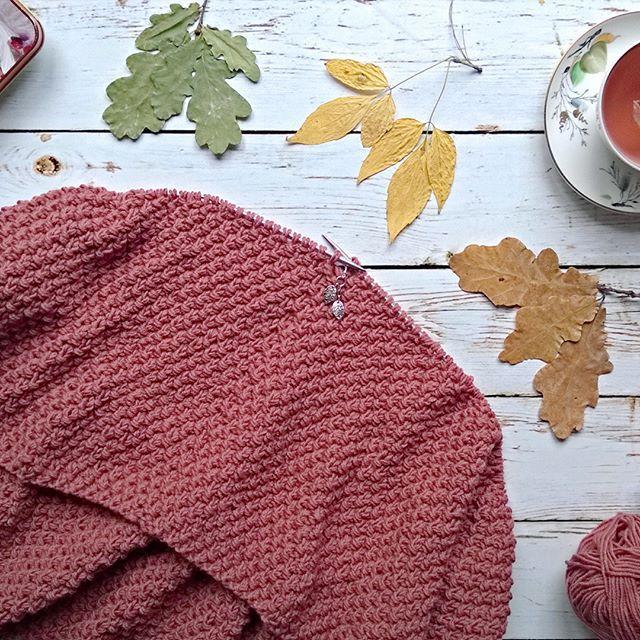 Несмотря на то, что лето заканчивается, не стоит забывать о сочных ягодных оттенках 🍒🍑🍎 впереди долгожданная осень 🍁🍂 встречаю её яркими красками 😊  #вязание #новосибирск #вяжутнетолькобабушки #женскаяодежда #снуд #вязаниеназаказ  #knitstagram #knittinglove #scarf