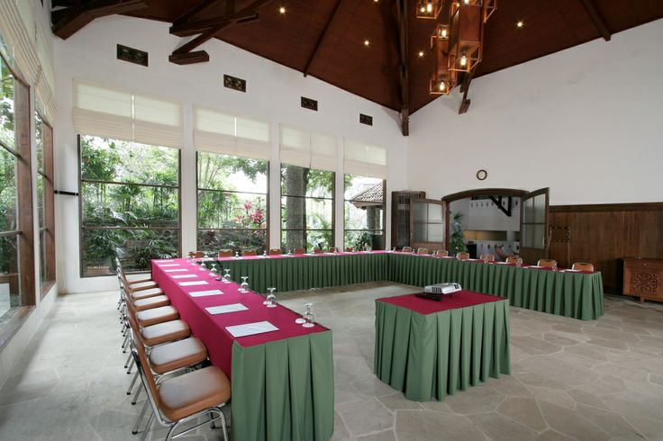 Lodges MEETING ROOM The basic concept of lodges is to have guest rooms, the meeting room and a private dining area together in one building, where the client can carry out all planned activities in close proximity, to make programs run more efficiently.