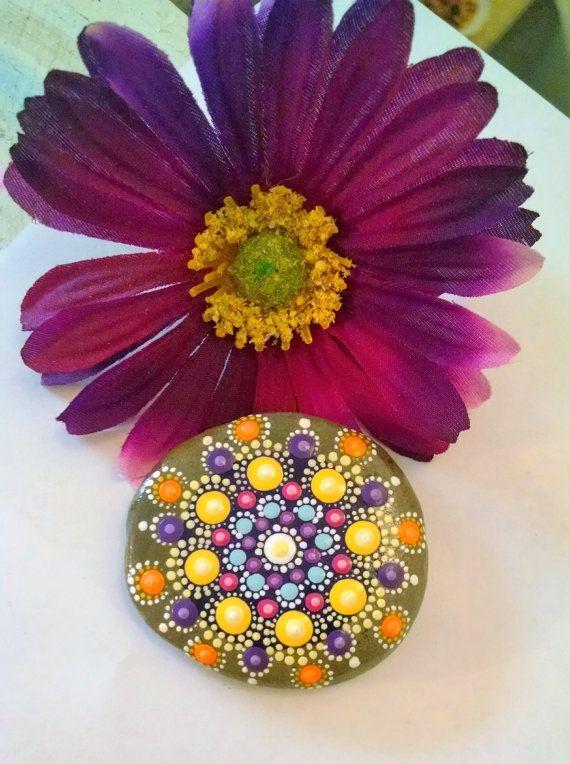 Pintadas Mandala piedra ~ pintado Rock ~ punto colorido arte pintura ~ Original Home Decor ~ piedra Natural