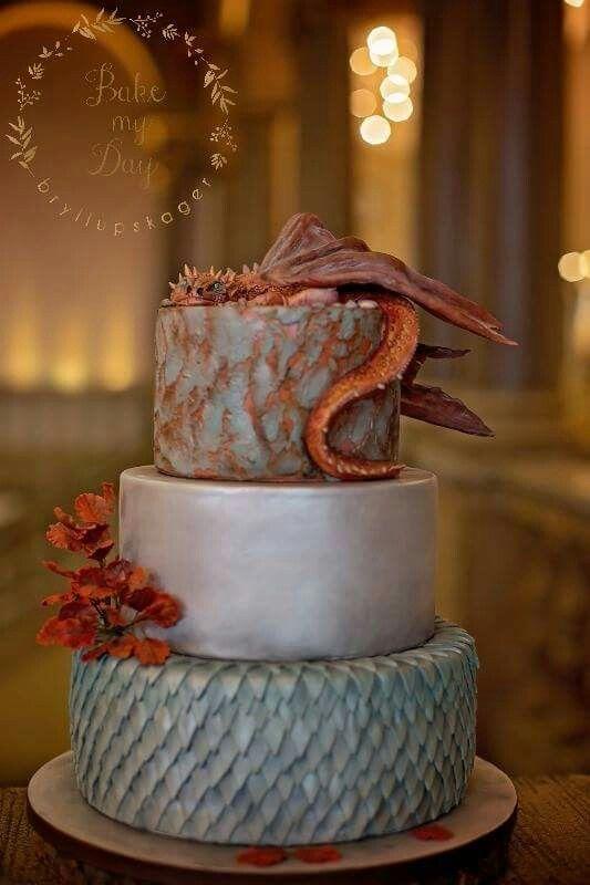Game of Thrones bryllupskage med håndlavet sukker dekorationer. Håndmalet og håndfarvet drage på toppen af kagen. Læs mere på www.bakemydaydk.com/bryllupskage