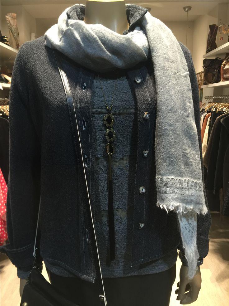 La colección otoño invierno 16-17 de Polder París nos tiene a todas enamoradas. Feminidad, elegancia, diseño exclusivo y calidad: falda de piel, camisa-chaqueta jacquard de algodón y camiseta guipur de algodón. Collar Mimi Scholer #polderparis #chic #mimischoler #lclbarcelona