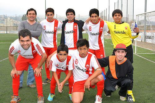 Futbolistas Teletón derrochan talento en torneo amistoso