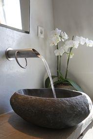 Mooie moderne kraan en stenen wasbak door Patrick Bussum