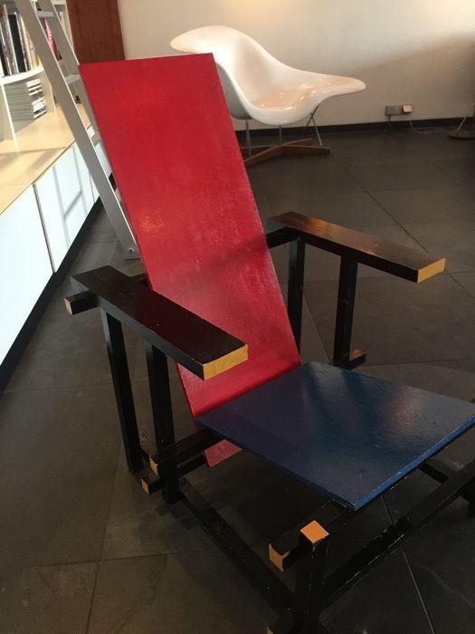 Gerrit Rietveld door Gerard van de Groenekan - Rood met blauwe stoel  Deze rode en blauwe stoel werd in 1961 gemaakt door Gerard van de Groenekan besteld door Gerrit Rietveld voor een huis in Heerenveen voor dr. Frederik Frik. Dr. Frik persoonlijk kende van Gerrit Rietveld en vroeg hem om een huis te ontwerpen voor hem. Om redenen die onbekend Rietveld besloten om te vragen de Rotterdamse architecten Van den Broek en Bakema te maken van het definitieve ontwerp en te coördineren van de bouw…