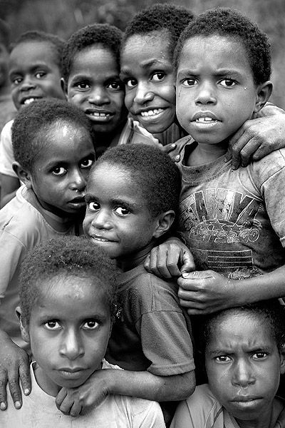 Grupo de ninos en Irian Jaya. Indonesia. Group of children in Irian Jaya. Indonesia. © Inaki Caperochipi Photography