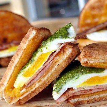 なんて、おいしそう!ハムに卵、バジルソースのホットサンドイッチ。