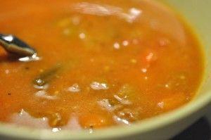 Verdens bedste suppe, til de råkolde måneder. Kraftig krydret gullashagtig suppe med hakket oksekød, bacon, porrer og peberfrugt. Lækker, velsmagende og mættende.