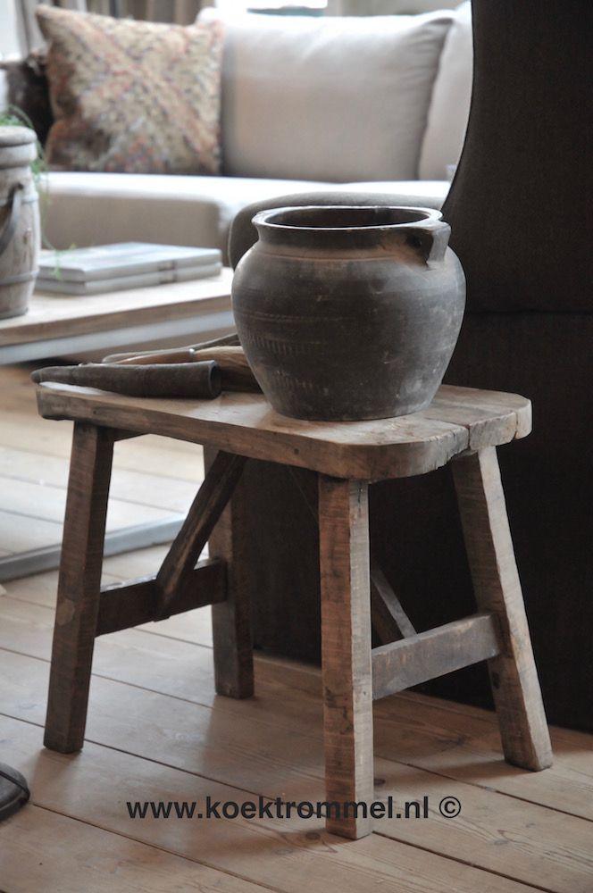 Tafeltje gemaakt van oud teakhout met daarop een vaas van zwarte terracotta.