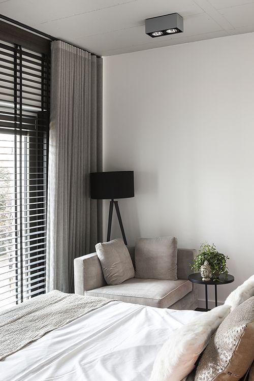 """Stijlvolle slaapkamer met houten jaloezieën van Zonnelux, gecombineerd met gordijnen. Foto: Denise Keus – """"Stijlvol Wonen"""" - © Sanoma Regional Belgium N.V."""