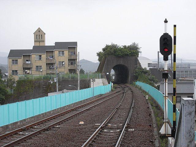 トマソン(無用トンネル)の例 (徳島県・海部駅付近)