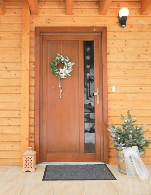 Vchodové dvere bočným pozdĺžnym oknom