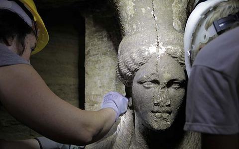 Δέος στην Αμφίπολη: Στο φως δύο πανέμορφες Καρυάτιδες μετά από 2.300 χρόνια  (δείτε τις εντυπωσιακές φωτογραφίες)