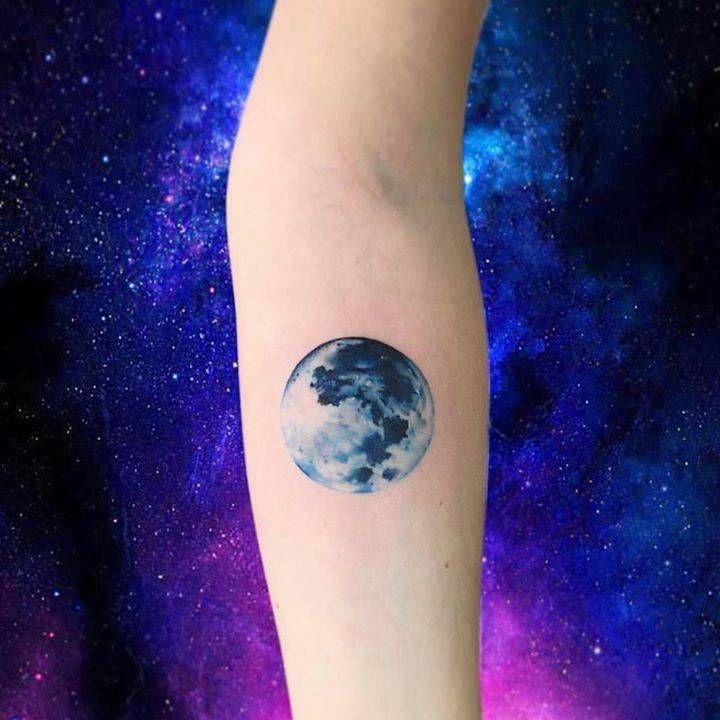 Tatuaje de una luna realista en el interior del antebrazo. Artista Tatuador: Adrian Bascur