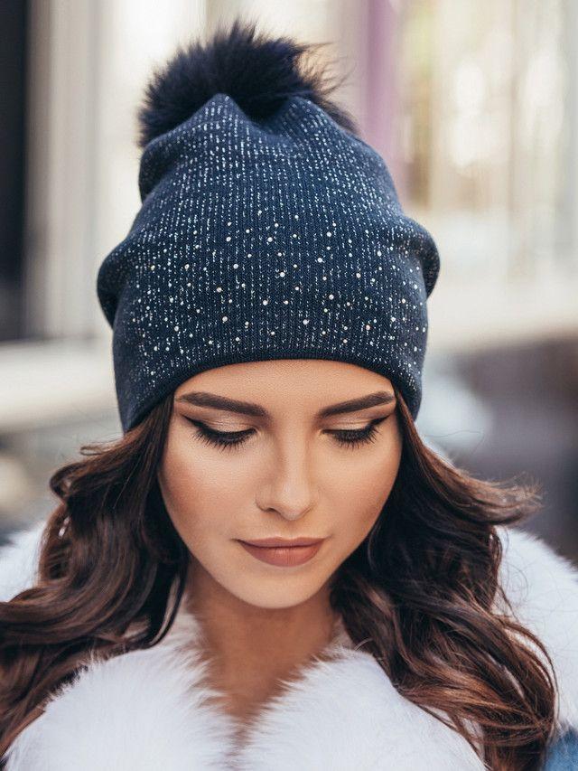 95190ce2ddee Темно-синяя женская шапка с бубоном из натурального енота   Шляпи ...