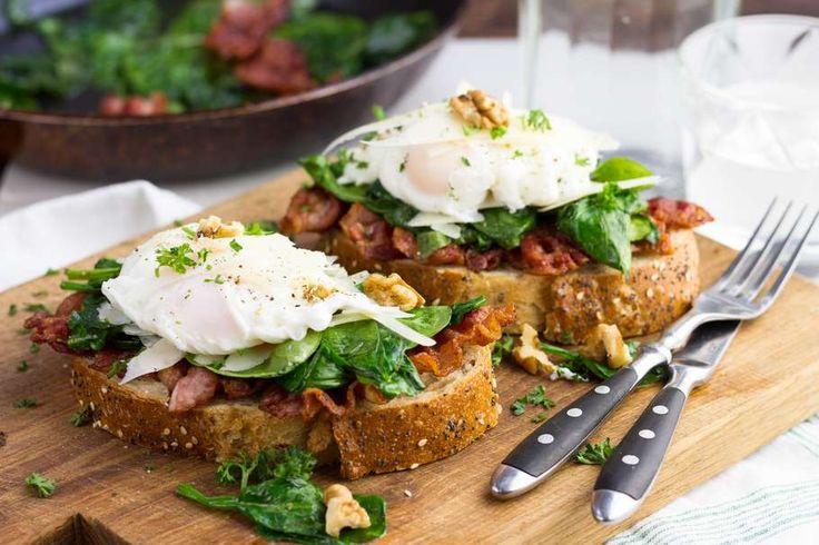 Recept voor decadent ontbijtje voor 4 personen. Met water, olijfolie, peper, walnoot, bacon, spinazie, ei, brood en parmezaanse kaas