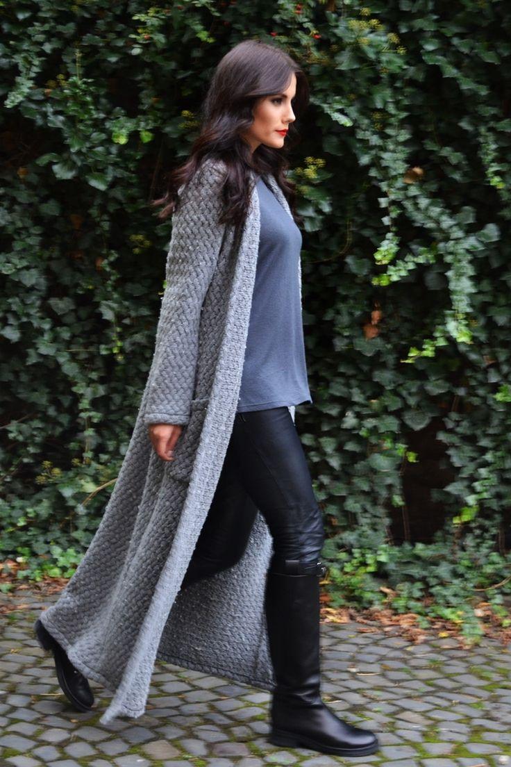 Cardigan lung cu impletitura groasa din lână. Un model deosebit cu ajutorul căruia poti sa iti creezi un stil aparte.