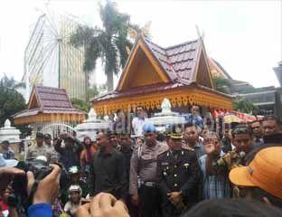 Saat Pelantikan Ketua Definitif, DPRD Kota Pekanbaru Didemo