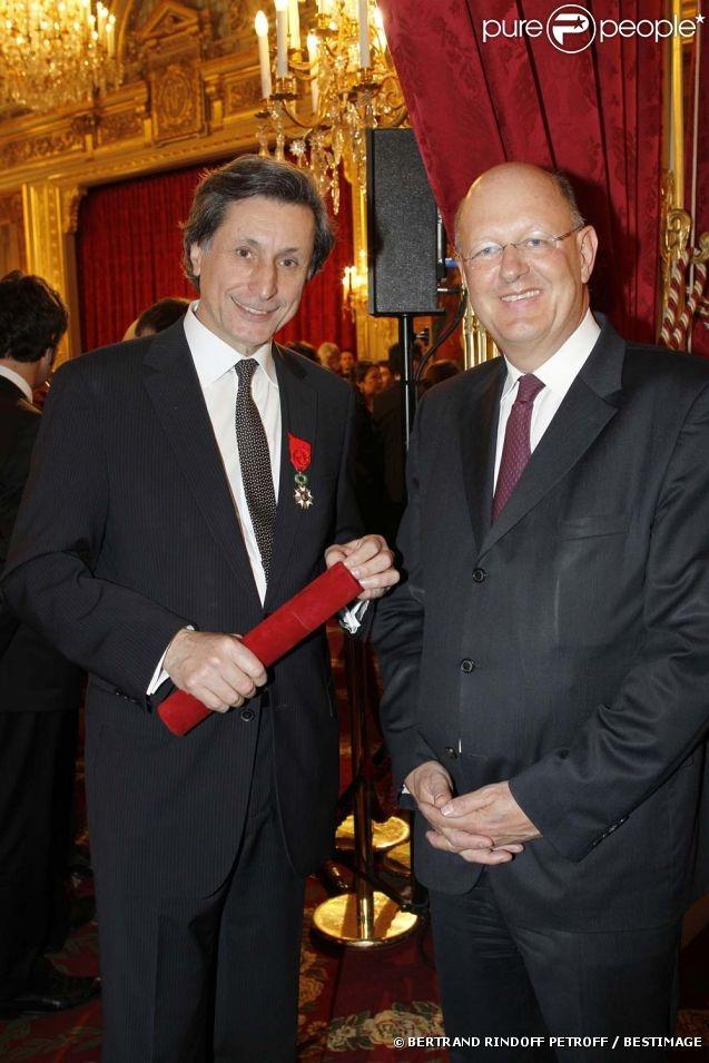 Patrick de Carolis et Rémy Pflimlin à la cérémonie organisée à l'Élysée où le président a décoré onze  personnalités du monde des arts et du spectacle, le 14 mars 2012.