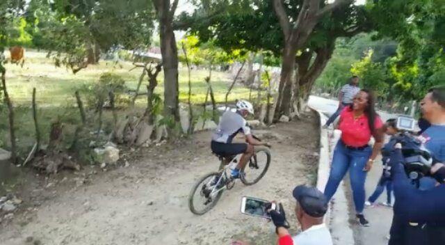 "Pero que @pedrodriguez_x8 más dramático  ""Te pasa por arriba""    _ _ _ #TeamColmena #TheChallengers #Cycling #Ciclista #Ciclismo #Bici #Bicicleta #CicloTurismo #CyclingRoad #Competicion #MTBRD #MountainBike #vegan #Mountain #Tourism #Turismo"