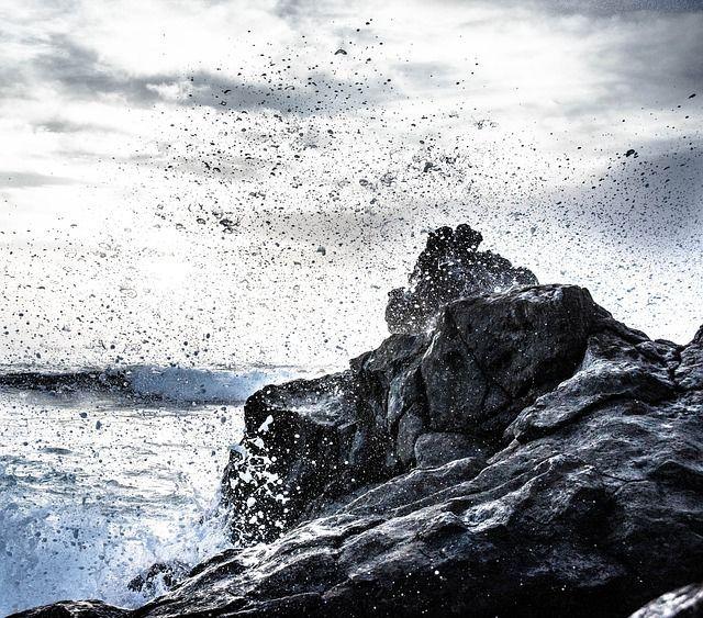 Maravillosa composición de colores y contrastes en una instantánea de la resaca del  mar contra las rocas de Lanzarote - Foto de Christian Birkholtz