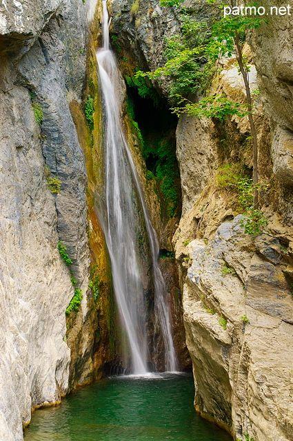 Photographie de la cascade de San Nicolao dans une rivière Corse