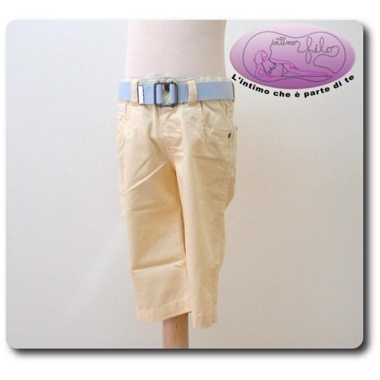 Pantalone lungo in cotone tinta unita e completo di cintura.