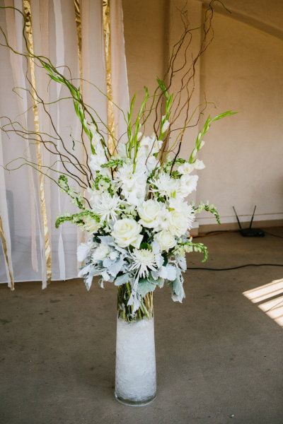 Winter white arrangement - photo: Kayla Adams