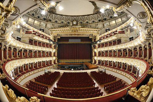 Bari, teatro Petruzzelli © Pugliapromozione | Fotografo Andrea Ruggeri
