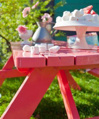 Det rosa bordet gir utvilsomt sommerstemning i hagen. Klart til fest! ifi.no