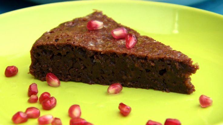Denne kaken er utrolig enkel å lage. Bland alt sammen i en bolle og stek. Det er kortversjonen av oppskriften. Du får en sjokoladekake med voksen smak.