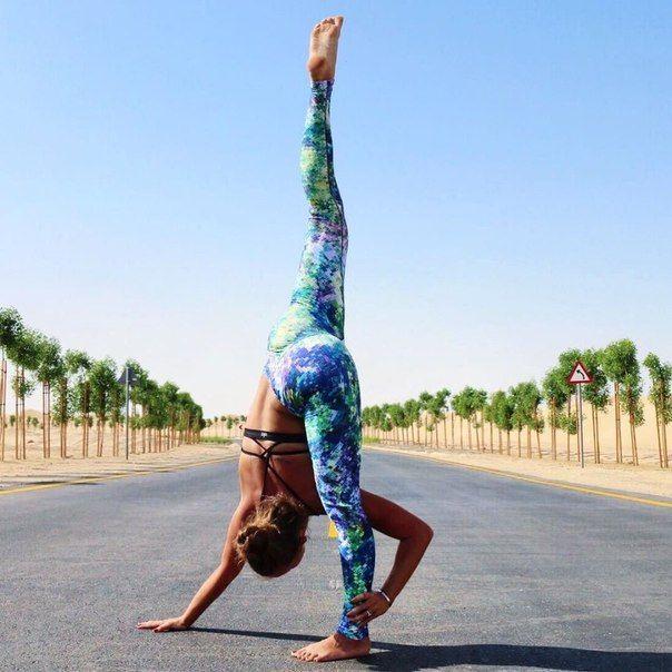#фитнес#тренировки #самый_результативный_проект #BodyFit #Спортлайф#Витаспорт Основные упражнения на растяжку Обязательно сохрани себе на стену, чтобы не забыть! Наклоны в стороны Упражнение предназначено для растяжки косых мышц живота и боковых мышц туловища. Техника выполнения: Встаньте прямо, ноги чуть шире плеч, руки опущены вдоль туловища. Поднимите правую руку над головой и медленно наклоняйтесь влево, левая рука пусть скользит вдоль бедра. Наклонитесь как можно дальше и оставайтесь в…