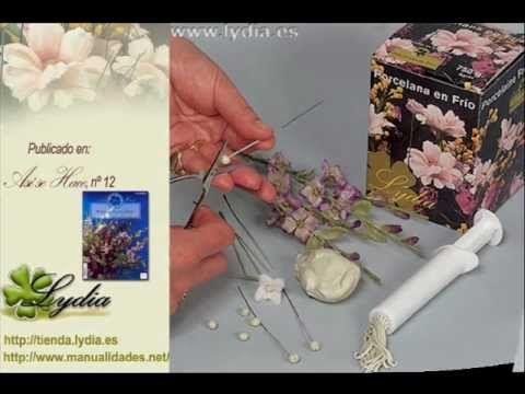 Paso a paso de cómo elaborar un ramo o una composición de cornejos con porcelana. En nuestra web http://tienda.lydia.es puede encontrar todos los productos y...