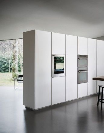 Tall units: doors with step grip edgings in white silk-effect lacquer | Cesar