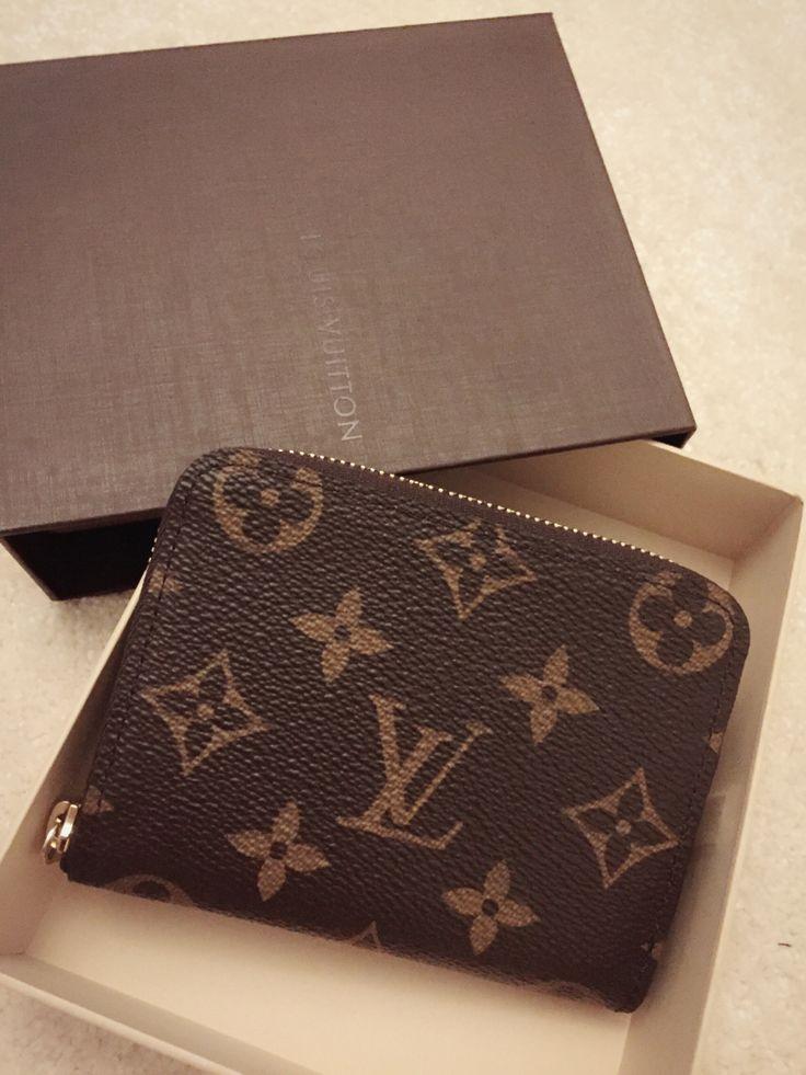 Louis Vuitton zippy Coin Purse Monogram print CLASSIC 11 x 8 x 1 cm ( Breite x Höhe x Tiefe ) - Monogram Canvas, Innenfutter aus genarbtem Leder und glänzende, goldfarbene Messingbeschläge - Reißverschluss - Vier Kreditkartenfächer - Fach für Visitenkarten - Zwei große Münzfächer