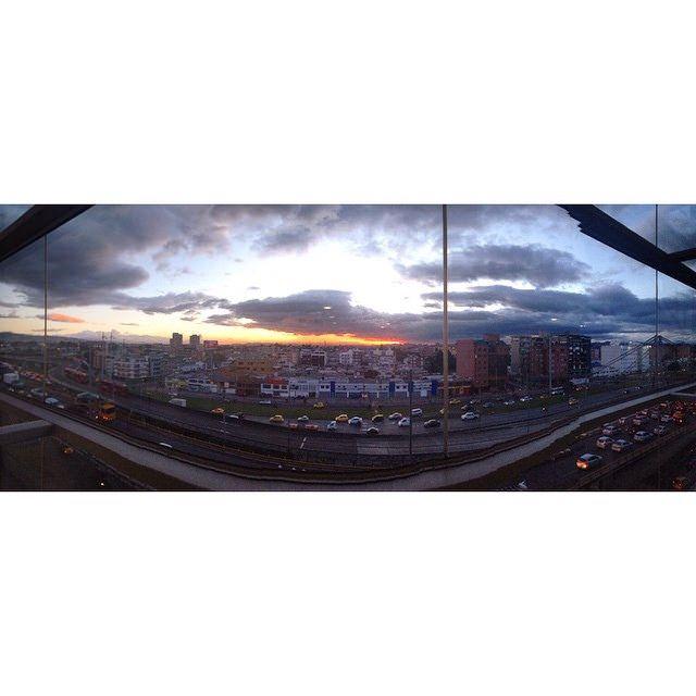 Atardecer Bogotano desde Compensar. #sunset #sunsetporn #city #avenue #sky #panoramica #Bogotá #igerscolombia #IgersBogota #enmicolombia #picoftheday #bridge #cars