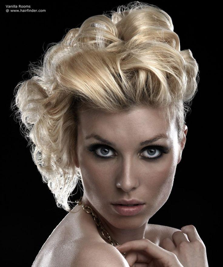Beginnen wir mit mittlerem kurze Länge geschichtet Haarschnitt in ein dunkel-Gold-blond mit blassen Highlights. Das Haar ist dann gestaltet mit Rolle...