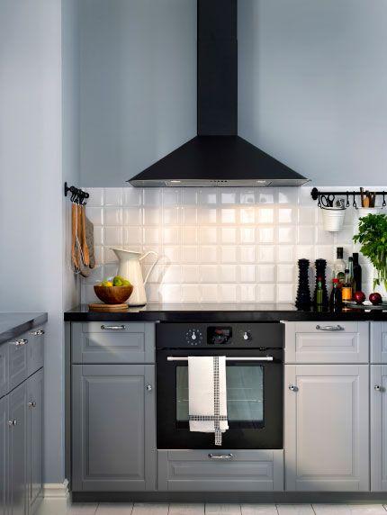 Grått kök med mörkgrå varmluftsugn och fläkt