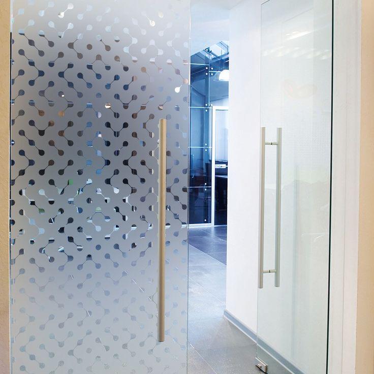 Sticker dépoli pour porte ou baie vitrée, occulte la vue tout en laisser passer la lumière. Idéal pour délimiter un espace de travail ou préserver la discrétion d'un bureau.