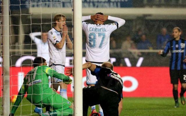 Atalanta - Lazio 2-1: altra sconfitta in trasferta per i biancocelesti Ancora una sconfitta lontano dall'Olimpico per la Lazio. Nonostante il vantaggio iniziale con una splendida punizione di Lucas Biglia, i biancocelesti si fanno raggiungere nella ripresa da un autogol #seriea #atalanta #lazio