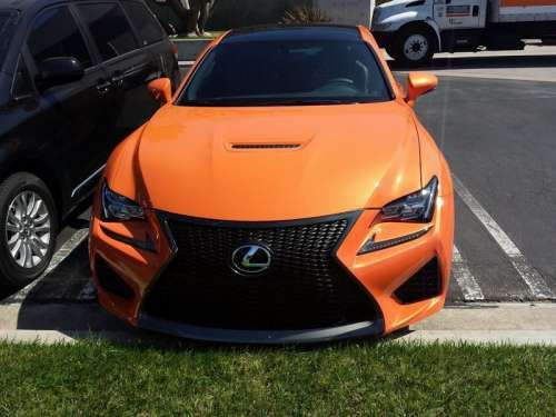Lexus RC F замечен в новом цвете кузова Solar Flare. Lexus RC F выкрашенный в новый оттенок Solar Flare (солнечная вспышка) был недавно замечен на стоянке. Напомним, что в мае британское подразделение компании Lexus объявило конкурс на название цвета кузова. Тогда хотели подобрать наи