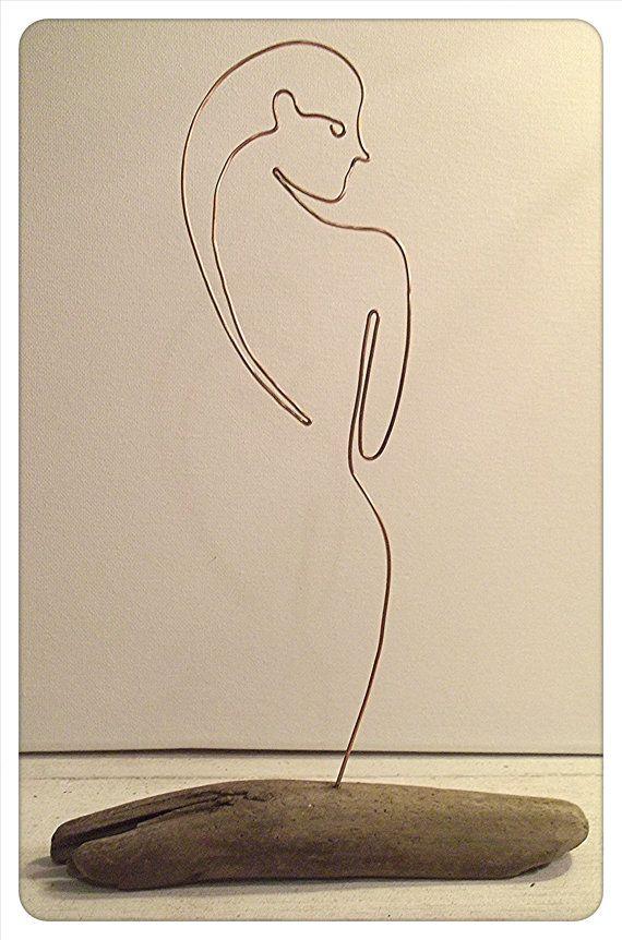 """Draadkunst. Drijfhout en koperen draad """"Shower"""" naakt beeldhouwkunst. Figuur beeldhouwkunst. Vrouwelijke figuur beeldhouwkunst. Draad kunstobject. Minimale beeldhouwkunst."""