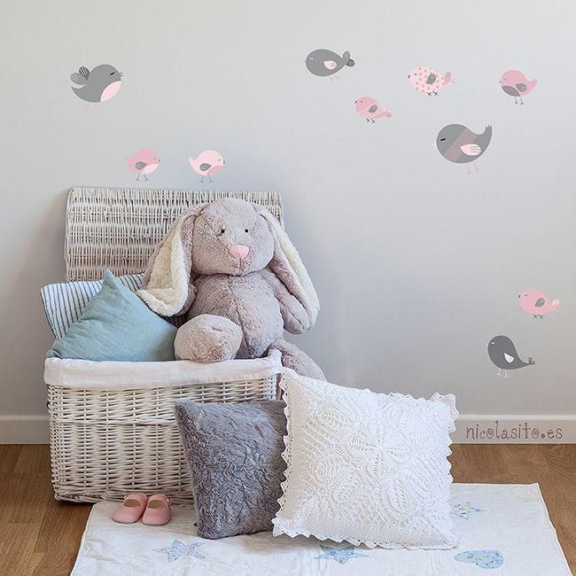 Me encantan estos pajaritos para los cuartos de los bebés o para decorar cualquier pequeño hueco de la casa. Tienes 2 gamas de color para elegir: pajaritos marrón/rosa o pajaritos gris/rosa. Los puedes pegar en la pared, en la puerta de su cuarto, en un mueble, decorar su cuna, los cajones de un armario... Mil opciones, siempre que la superficie donde lo pegues esté lisa, limpia y seca.