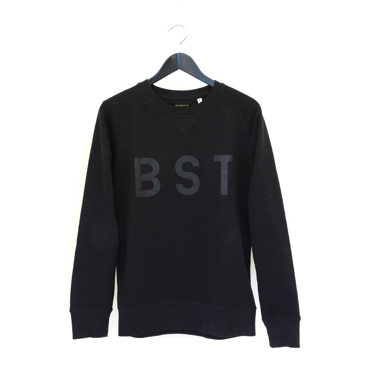 Sweater black typo black BST. De Beest collectie is puur Belgisch. Casual chique sweaters voor mannen en vrouwen. Avontuurlijk en ondeugend.