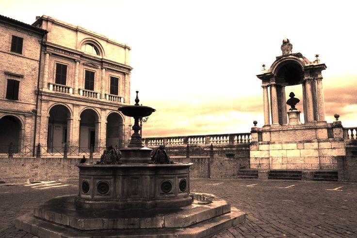 Treia - Piazza della Repubblica - Fontana, monumento a Papa Pio VI e Accademia Georgica