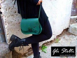 Dove è il Camaleonte? Sulla Borsa Verde ovvio! in cuoio cucito a mano Original #Design Gli Stolti per tutte le info http://glistolti.shopmania.biz/compra/borsa-in-cuoio-modello-scarsella-dov-e-il-camaleonte-13 #moda #artigianato #madeinitaly #onlineshop #shopping #roma #design #borse #streetstyle #streetfashion #fashionblogger
