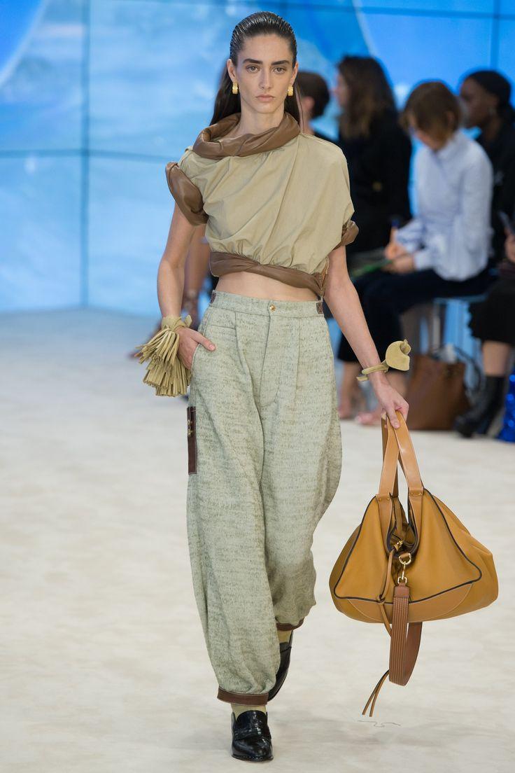 Loewe | Spring 2017 Ready-to-Wear collection | RTW Fashion | Model: Amanda Googe