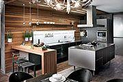 Вид на кухню и кухонный остров из эркера столовой. Люстра, Brand van Egmond