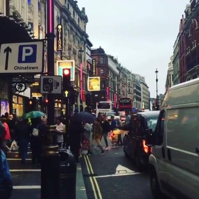 Tarde lluviosa en Londres y perfecta para el teatro musical Thriller con las canciones de Michael Jackson. Ya casi somos 1 milllón aquí en @instagram GRACIAS por la cercanía. Abrazos!!!