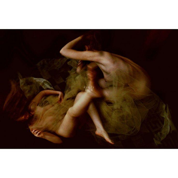 Vertigines Clima onirico ed enigmatico: creature luminose, immateriali e trasparenti, sihlouette spigolose ma sensuali emergono da ombre avvolgenti. E' un dialogo tra poesia, mistero, dolcezza e malinconia.